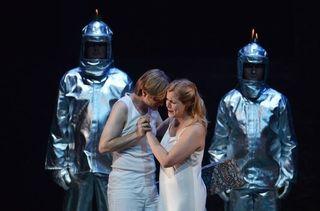 371539_le-tenor-bernard-richter-et-la-soprano-allemande-julia-kleiter-dans-la-flute-enchantee-au-festival-de-salzbourg-le-24-juillet-2012