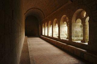 800px-Cloître_de_l'abbaye_cistercienne_du_Thoronet_(Var)