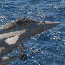 Un-rafale-marine-decolle-du-porte-avions-charles-de-gaulle-marine-nationale-francois.marcel_article_demi_colonne
