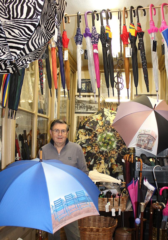 230 benvenuto gino Bestagno dans son magasin avec les chaises bleues